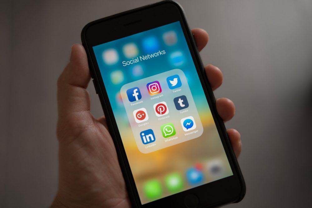 Accede a tus redes sociales favoritas para buscar a tu mentor perfecto