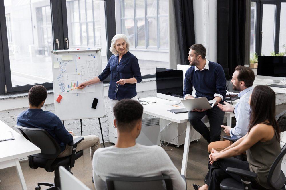 La CEO de la startup mostrando a sus empleados cuál será la nueva estrategia a seguir